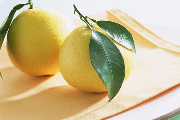 柚子为什么如此受欢迎呢? 对于这个问题,先给大家介绍一下柚子这种水果,我想大家就明白了。 柚子又名文旦、香栾、朱栾、内紫等。是芸香科植物柚的成熟果实,产于我国福建、江西、湖南、广东、广西、浙江、四川等南方地区。柚子清香、酸甜、凉润,营养丰富,药用价值很高,是人们喜食的水果之一,也是医学界公认的最具食疗效果的水果。柚子茶和柚子皮也都具实用价值,且可入药。 怀孕期间的孕妇能吃柚子吗? 科学证明孕妇是可以吃柚子的,柚子是寒性水果,一天只能吃1/4个哦,最好不要多吃,祝你好孕! 柚子的药用价值 1.